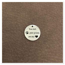"Médaille ronde ""You left paw prints on my heart"" - gravure au choix"